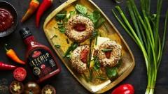 Bajgle z pastą muhammara, cheddarem, rukolą i Keczupem Premium Pikantnym Roleski