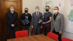 "Nowogard: Burmistrz Robert Czapla uhonorował sukces uczestników programu ""Szansa na sukces"""