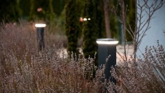 Rozświetl swój ogród w jesienno-zimowe wieczory – lampy  LED Simpio i Bosspio marki Plast-Met Systemy Ogrodzeniowe