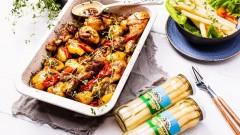 Szukasz pomysłu na nietuzinkowy obiad? Polecamy podudzia pieczone z warzywami i podane  ze szparagami