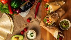 Tortilla z serem Aldamer, kurczakiem, jajkiem i sosem avocado