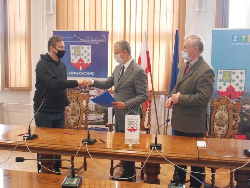 Burmistrz Robert Czapla podpisał kolejne umowy z organizacjami pozarządowymi