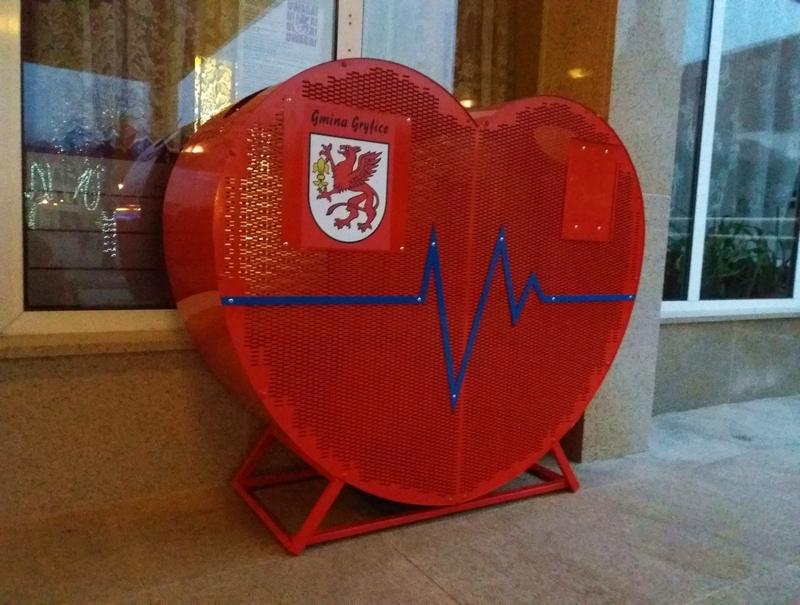 Czerwone serca do zbiórki nakrętek dotarły do Gryfic!