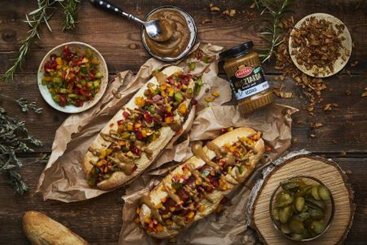 Domowe hot-dogi z relishem z kolorowych papryk, prażoną cebulką i Musztardą Kozaka Roleski