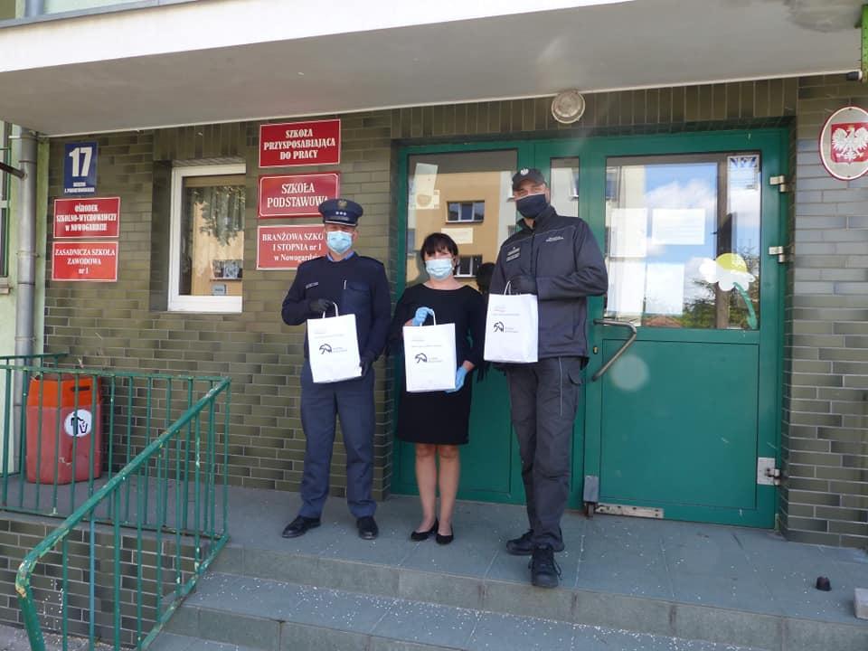 Maseczki ochronne uszyte w Zakładzie Karnym w Nowogardzie trafiły do nowogardzkiego Specjalnego Ośrodka Szkolno-Wychowawczego.