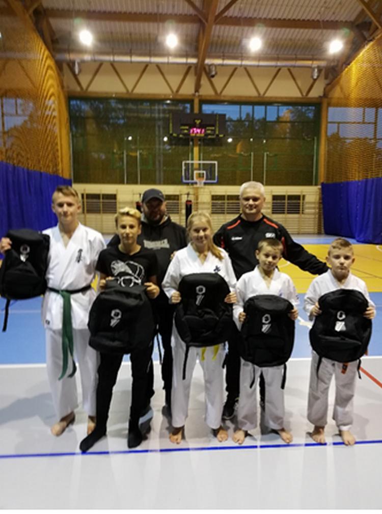 Nagrody dla medalistów sekcji karate