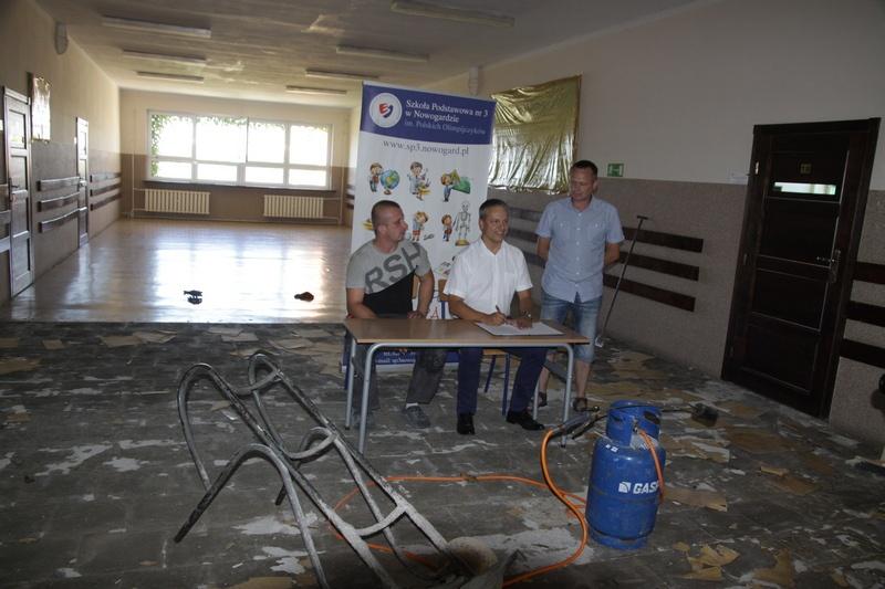 Nowe podłogi na korytarzach w SP 3 w Nowogardzie