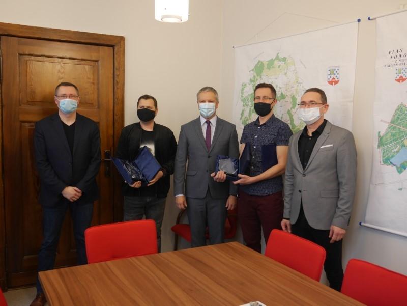 Nowogard: Burmistrz Robert Czapla uhonorował sukces uczestników programu…