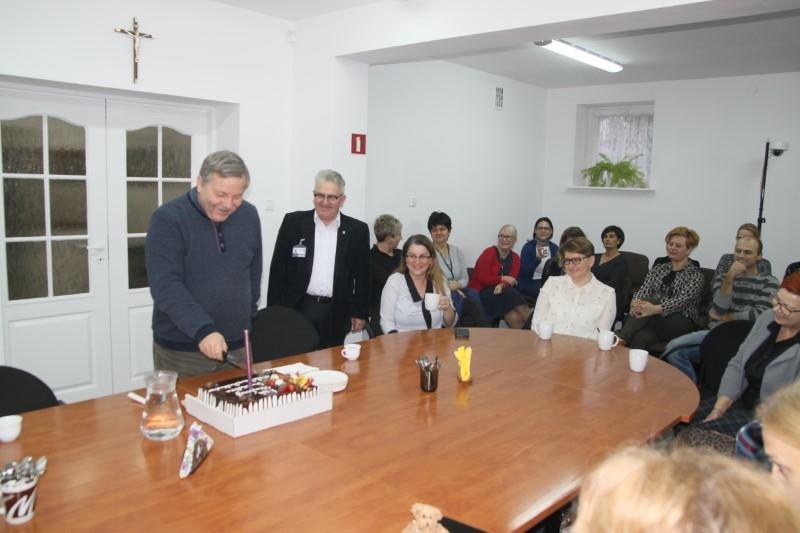 Okolicznościowy tort i życzenia – minął rok pracy burmistrza Radosława Mackiewicza