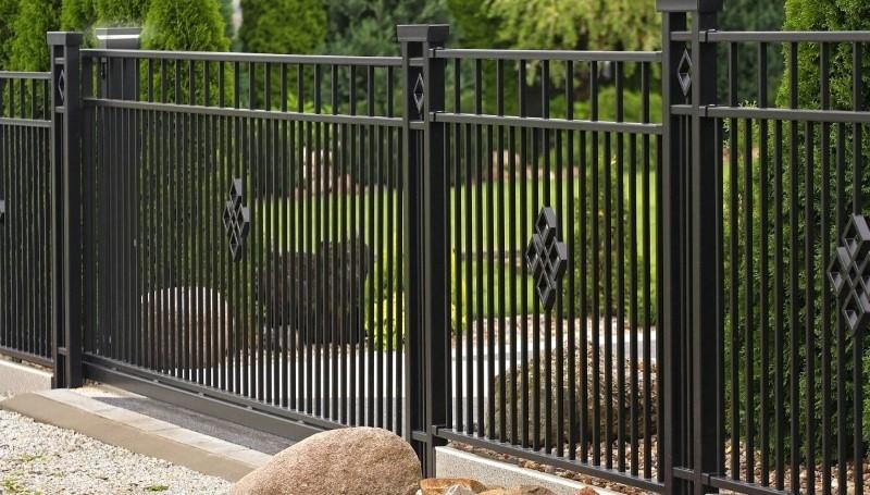 Płot na lata – czy twoje ogrodzenie wymaga konserwacji?