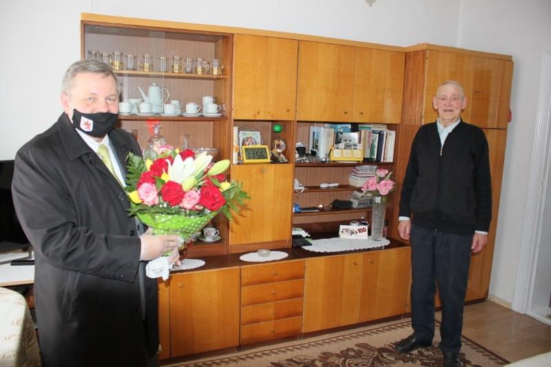 Płoty: W setną rocznicę urodzin kwiaty i upominki od burmistrza