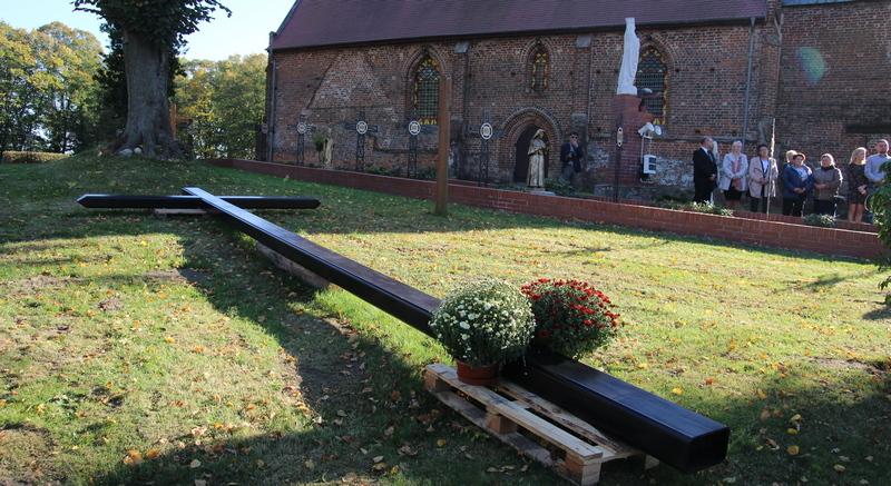 Sadzenie dębów przy Studzience Św. Ottona z Bambergu w Cerkwicy dla upamiętnienia 95-lecia Lasów Państwowych