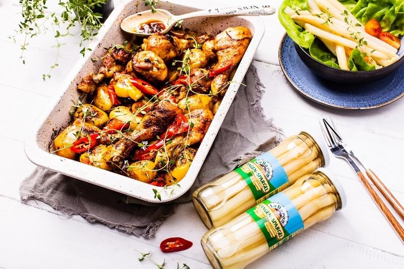 Szukasz pomysłu na nietuzinkowy obiad? Polecamy podudzia pieczone z warzywami…