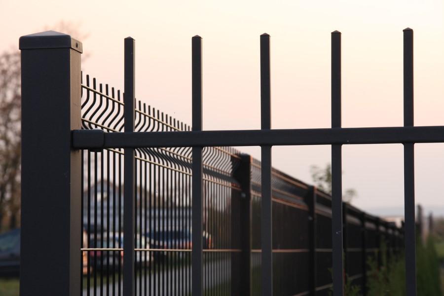 Szybko i praktycznie: siatka czy ogrodzenie panelowe – co wybrać?