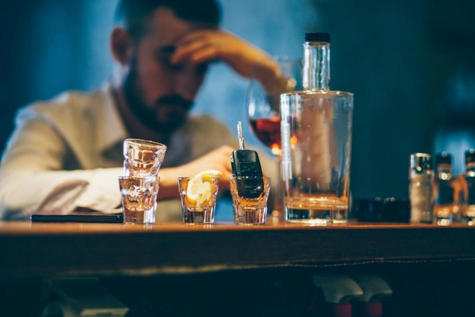Te zachowania świadczą o nadużywaniu alkoholu. Jak piją dorośli, a jak…